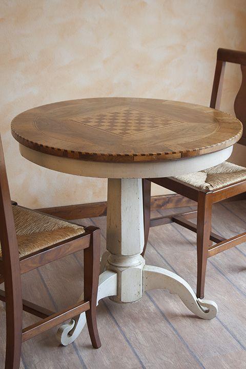 """Tavolo """"scacchiera"""" Tavolo rotondo bicolore ispirato al gioco degli scacchi interamente fatto a mano. Realizzabile in varie misure."""