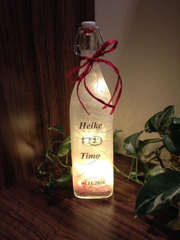 Hier biete ich Euch ein schönes Geschenk für eine Hochzeit an. Die Glasflasche habe ich mit Strohseide beklebt, und wird mit einer 10er LED Lichterkette(Batteriebetrieben) beleuchtet.  Größe: 8...