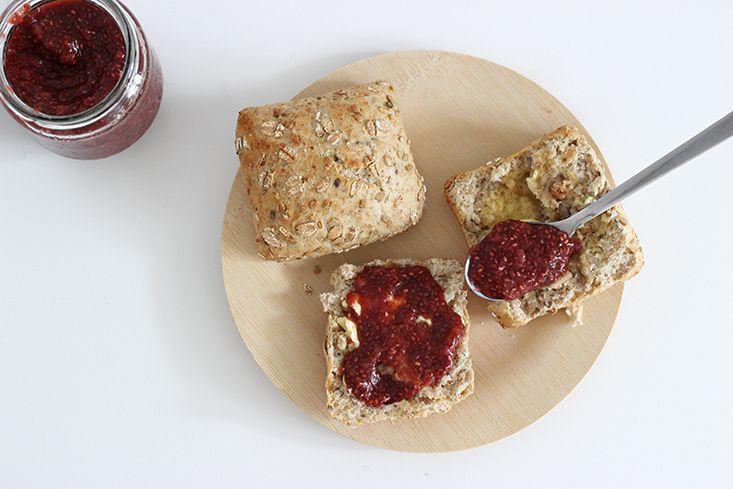 Confiture aux graines de chia (et sans sucres !) : 200g de fraises découpées* 2 càs de graines de chia 1 à 2 càs de sirop d'agave (foncé, cru, de préférence) 1 càs de vinaigre balsamique