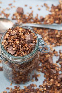 Das Kaffee-Schoko-Knuspermüsli ist Morgenkaffee und knuspriges Frühstücksglück in einem. Leicht herb und nicht zu süß, perfekt - kochkarussell.com