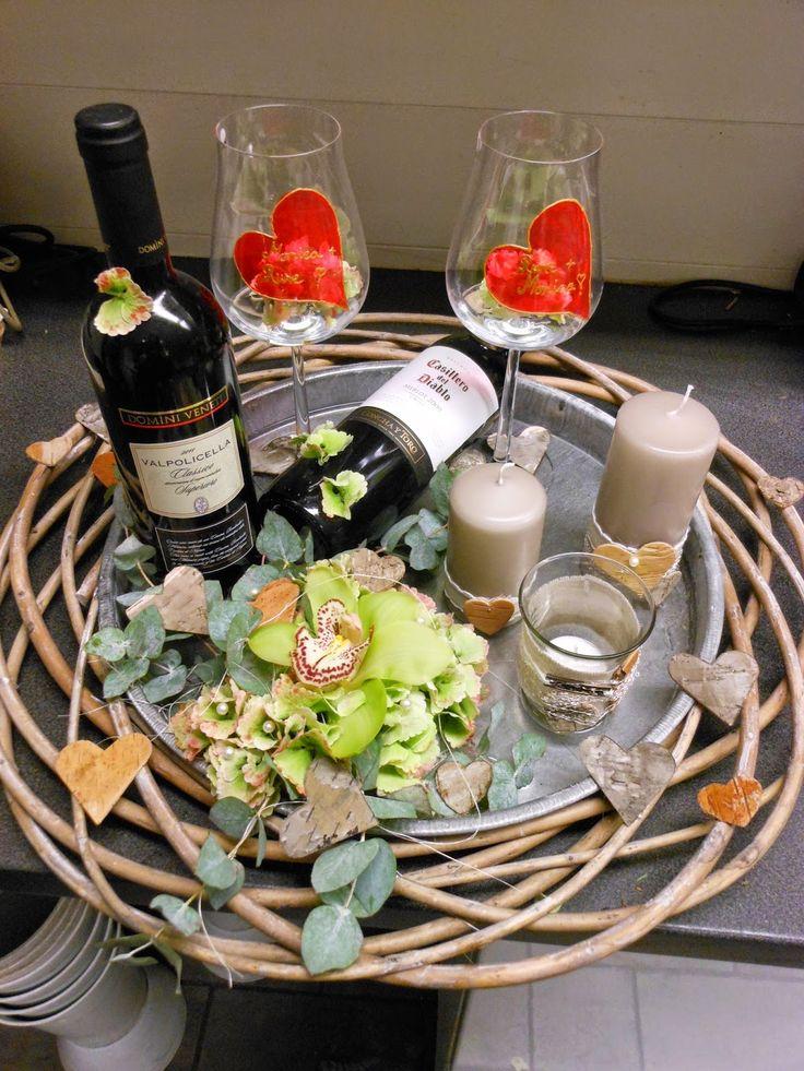 Lysfat med vin, lys, dekorasjon og  vinglas. Til brudepar.