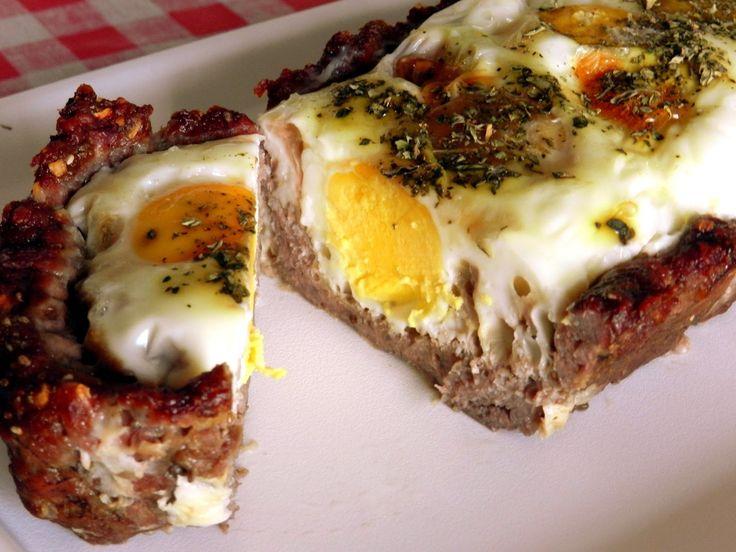 Torta de carne moída e ovos | 500g carne moída + cebola, alho, sal e pimenta. Recheio: 5 ovos + sal e orégano. Forno preaquecido 180 graus por uns 45 min #paleo #carne