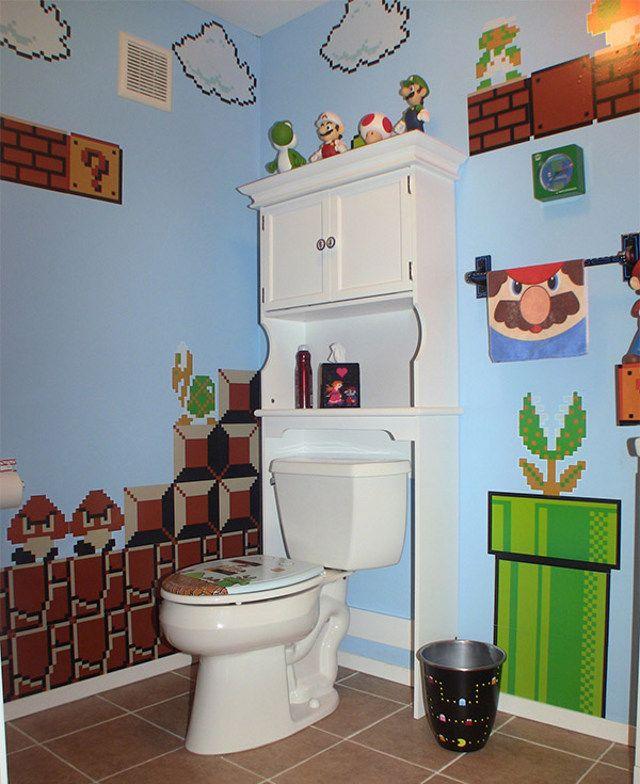 On est Geek ou on ne l'est pas et cette personne a décidé de l'afficher clairement dans sa salle de bain avec cette décoration Mario.  Personnellement, je suis assez fan, je veux la même chose chez moi !    #geek #Mario #decoration