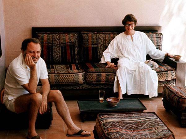 In 1967 werden Pierre Bergé en Yves Saint Laurent halsoverkop verliefd op Marrakech. Voor YSL was het een zekere nostalgie naar de warmte van Noord-Afrika. Op dat moment was de stad een verzamelpek voor heel wat hippies.  Het koppel kocht er een huis en bracht er heel wat zomers door. Zoals je op deze foto kan zien, leek YSL in deze omgeving een pak meer ontspannen dan in wereldstad Parijs.
