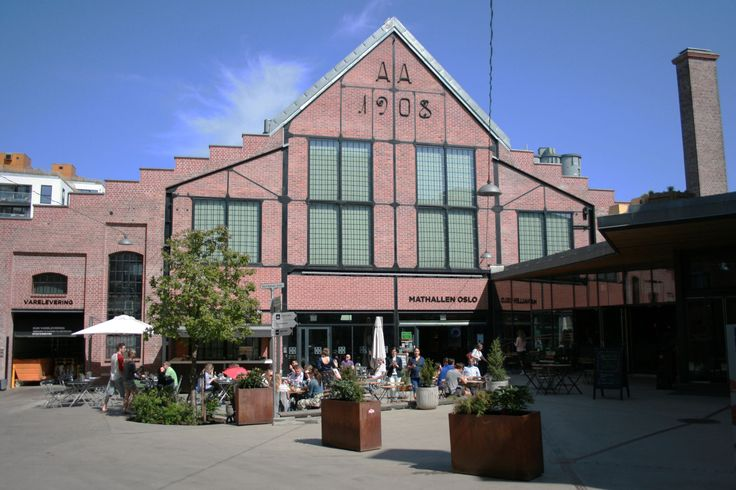 Mathallen is a food court with Oslos high standards. The food booths offers everything from cooking supplies to Norwegian eco products to Spanish tapas.