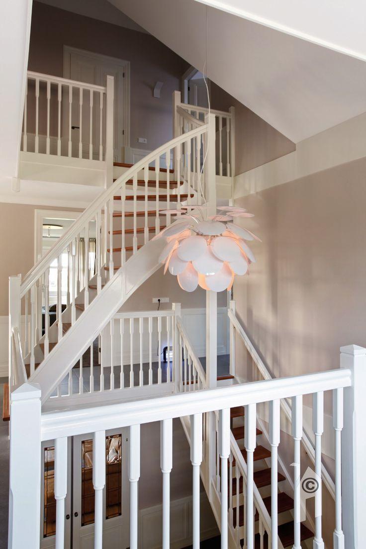 Jaren-dertig villa in landelijke omgeving. Hal en trapportaal met 'transparante trap'.
