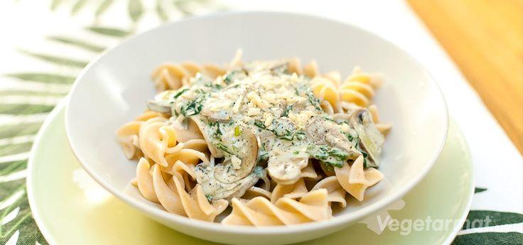 Vegetarmat Pasta med sopp- og spinatsaus oppskrift.
