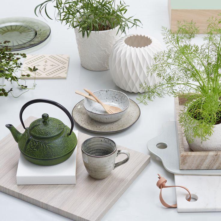 Planter, planter og flere planter! Mange planter i indretningen giver stemning og et godt miljø. Sæt planter i forskellige former og faconer – fra de florlette til de bastante – sammen med naturlige farver og naturens materialer, som marmor, træ, læder og keramik. Se stylistens favoritter og skab selv stilen i køkkenet med JKE Designs nyhed Pisa Drivtømmer.