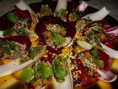 Miang Kam:  Si preparano gli ingredienti tagliandoli a cubetti piccolini: zenzero// peperoncino fresco piccante// scalogni// lime// cocco fresco grattuggiato e arrostito// gamberi secchi// noccioline// foglie di coriandolo.