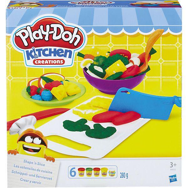 Play-Doh Kitchen Schnippel- und Servierset von Hasbro.<br /> <br /> Kneten, schnippeln, garnieren und servieren mit Play-Doh! <br /> <br /> Während die Mama in der Küche steht, kneten und schnippeln kleine Chefköche ihre eigenen Gemüseplatten, Käsehäppchen und vieles mehr. <br /> <br /> Inhalt: Knetschere, Knetmesser, Käseschneider, Knofi-Knetpresse und zwei Schnippel- und Servierplatten. Enthält 4 mittlere und 2 kleine Dosen P...