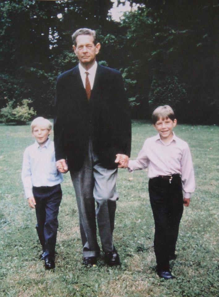 Regele Mihai cu cei doi nepoţi, Michael Torsten de Roumanie Kreuger (n. 1984), fiul Principesei Irina, şi Nicholas de Roumanie Medforth-Mills (n. 1985), fiul Principesei Elena, ambii excluşi din linia de succesiune a Casei Regale a României. (ca. 1991)