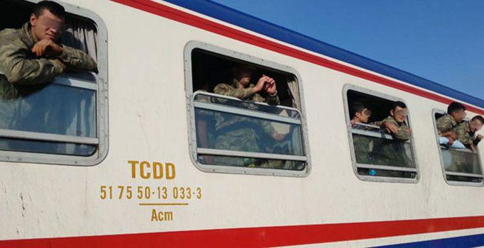 FETÖ'nün 15 Temmuz darbe girişiminin ardından alınan kararla askeri birliklerin şehir dışına taşınması sürüyor. İstanbul Maltepe'den trenle taşınan asker ve araçlar, Gaziantep'in İslahiye ilçesine ulaştı.