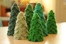 First Sunday-of-Advent DIY: Crochet Christmas trees ... http://yarnfreak-blog.blogspot.dk/2012/12/1-sndag-i-advents-diy-hklede-juletrer.html?m=1