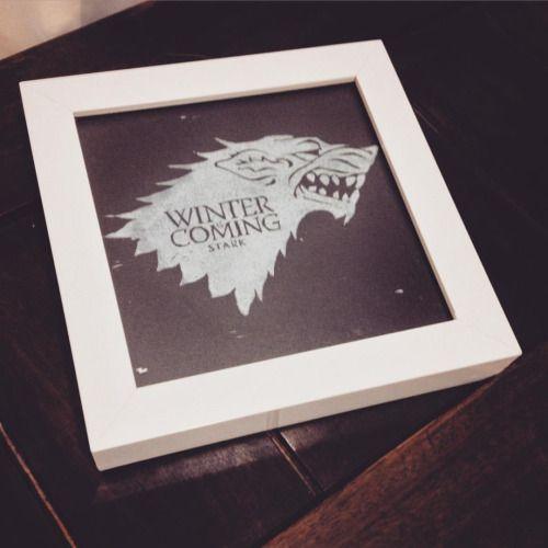 A friaca ta chegando! Olha só pessoal, sigilo da Casa Stark, em xilogravura, emoldurada, apenas 5 cópias. Interessados contactar por inbox ou pelo e-mail rafaelborges@gmail.com. #got #gameofthrones #xilogravura #rafaelborges #woodcarving #woodcut #print #stark #wolf #art #fanart #winteriscoming #georgerrmartin #hbo #seriado