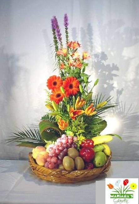 Bello arreglo floral con frutas. Variedad de colores y diversidad de flores con las frutas de tu elección. Puedes solicitarlo a marianas.garden.sv@gmail.com