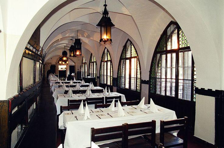 Пивоварня и ресторан «У Флеку» (Прага) На фото - длинный узкий зал Йитрнице, вместимостью 85 мест (раньше это была веранда) с пятью готическими арками и со звездчатым сводом. По всей длине помещение украшают большие окна. Освещение сделано в форме средневековых башен.   http://prague.restorania.com/company/pivovarnja-i-restoran-u-fleku-47470/
