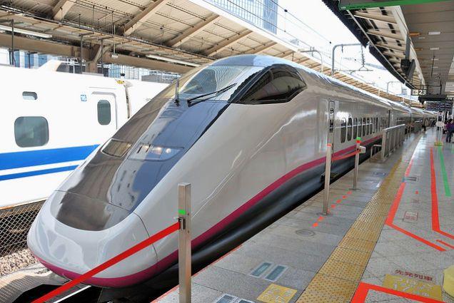 Keiji Ekuan também desenhou o trem bala, que foi um dos primeiros trens de alta velocidade do mundo. Ele era a voz por trás de uma das tecnologias mais fortes do século 20, cujo trabalho articulava velocidade e futurismos da era moderna, mas sem nunca ignorar que ainda seria usado por humanos.  Fotografia: Trem bala Komachi por ykanazawa1999/CC.
