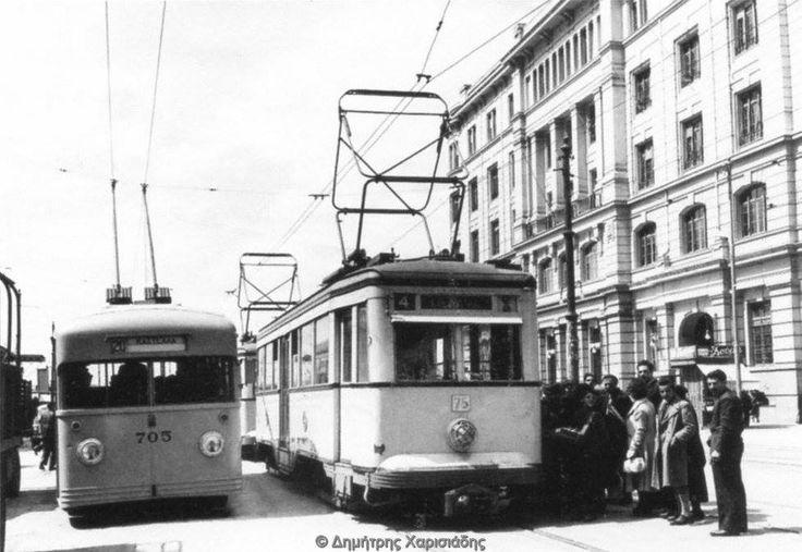 Πειραιάς, στην πλατεία Λουδοβίκου, σήμερα Οδησσού, μπροστά στον σταθμό του ηλεκτρικού στον Πειραιά αρχείο Μουσείου Μπενάκη, από το βιβλίο ΑΠΟ ΤΑ ΠΑΜΦΟΡΕΙΑ ΣΤΟ ΜΕΤΡΟ