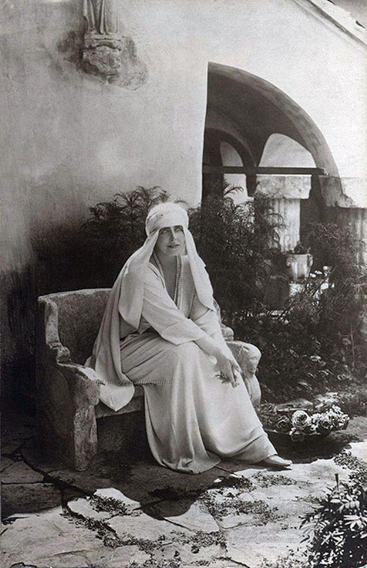 Regina Maria în curtea Castelului Bran. 1925.