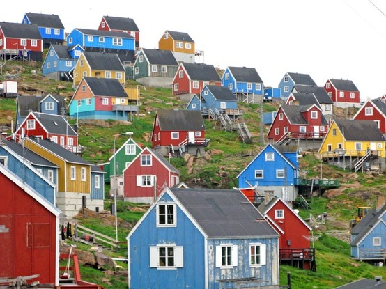 Homes in Norway. A commenter says these are in Greenland. The same construction as ski cottages in Svalbard. Not very Danish and very Norwegian in any case.