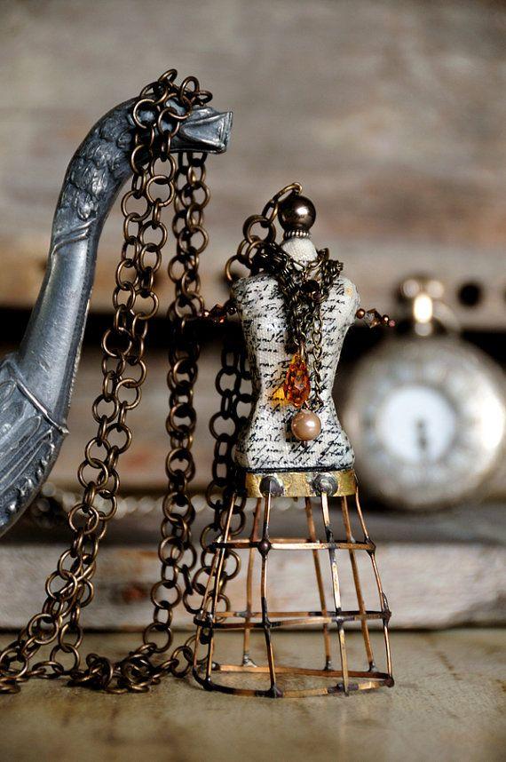 Collana pendente manichino vintage con perle e di EcoledeAnais