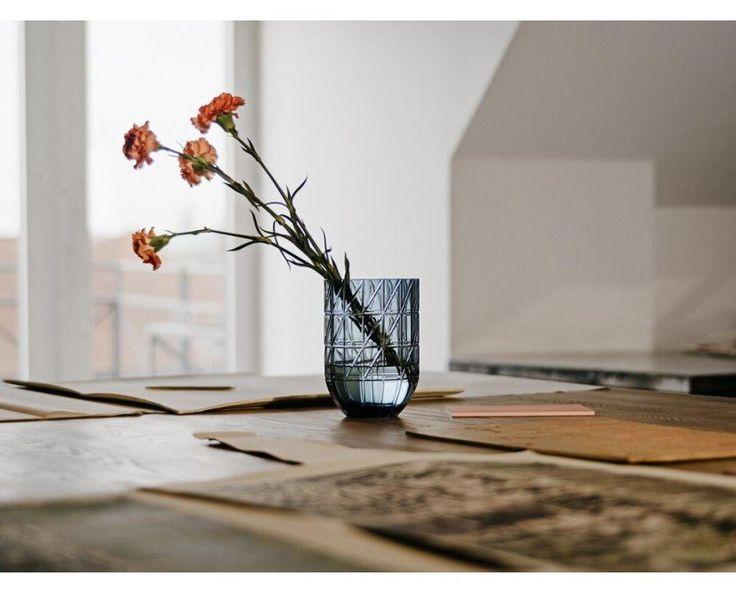 Die Colour Vase wurde vom Designstudio Scholten & Baijings für Hay entworfen. Ihre besondere Form wird aus geschliffenem Glas erzeugt. Ein feines geometrisches Muster überzieht die Glasvase. Die Colour Vase ist in verschiedenen Farben und Größen erhältlich, die Ihre Sträuße noch mehr strahlen lassen.