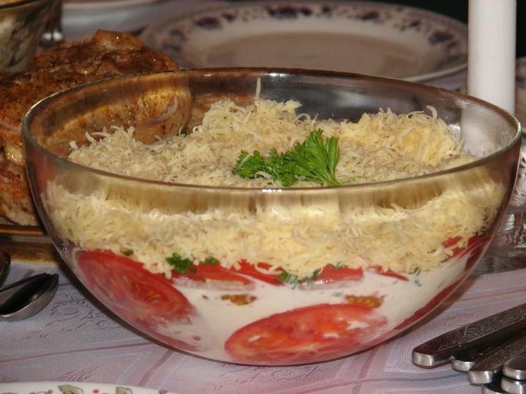 Przedstawiamy nietypową sałatkę z pomidorów z dodatkiem czosnku i szczypiorku, a także żółtego sera, śmietany i przypraw. Przepis na pomidory pod pierzynką.