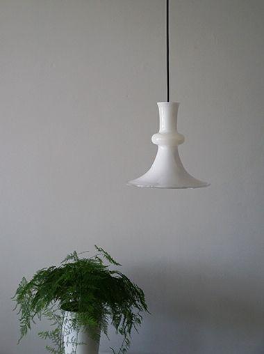 デンマークのホルムガード社で製作されたヴィンテージガラスペンダントライト。Sidse Werner(シセ・ヴェアナー)デザインです。ニューヨークスタイルのインテリアショップ ideot 。クラシカルかつモダンで洗練されたアイテムを提案します。