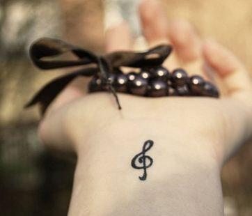Piccolo-tatuaggio-chiave-di-violino-interno-polso-sol-note-music
