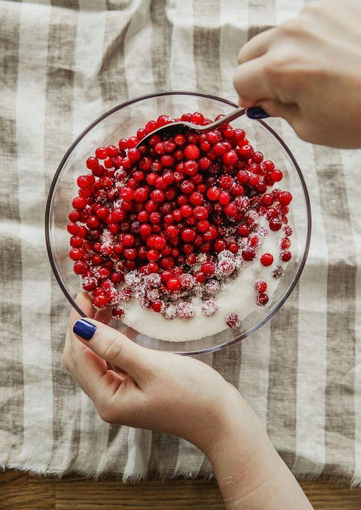 Tyttebærsyltetøy er superenkelt å lage, du trenger ikke koke det engang! Her er oppskrift på tyttebærsyltetøy –og flere gode tyttebærtips.