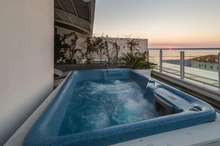 Cosa c'è di più romantico della vasca idromassaggio privata nel terrazzo dell'attico Blu Moon?