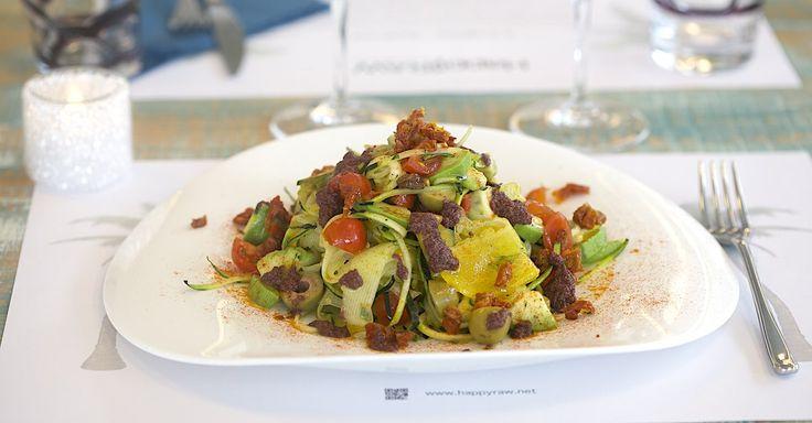 Insalatona mista fruttariana a base di frutta ortaggio e olio extra vergine di oliva denocciolato, con avocado e olive, tutto bio.