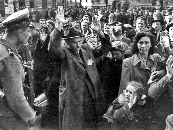 Új cikksorozatunkban neves, ám elfeledett gyilkossági helyszíneket járunk be Budapest-szerte. A felsorolásból kihagytuk azoknak a politikusoknak és katonáknak az otthonát, akiknek a kezéhez közvetve vagy közvetlenül bár vér tapad-, ám az általuk levezényelt gyilkosságok nem a lakhelyükön történtek.   Német igazoltatás...