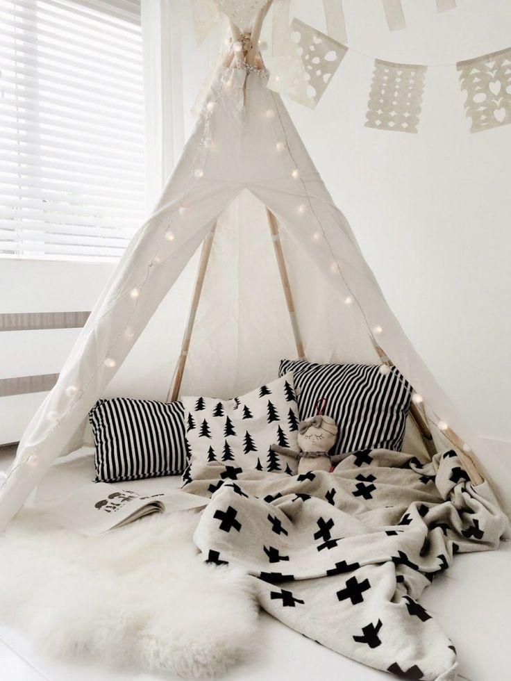déco chambre d'enfant tipi blanc, linge de lit noir et blanc