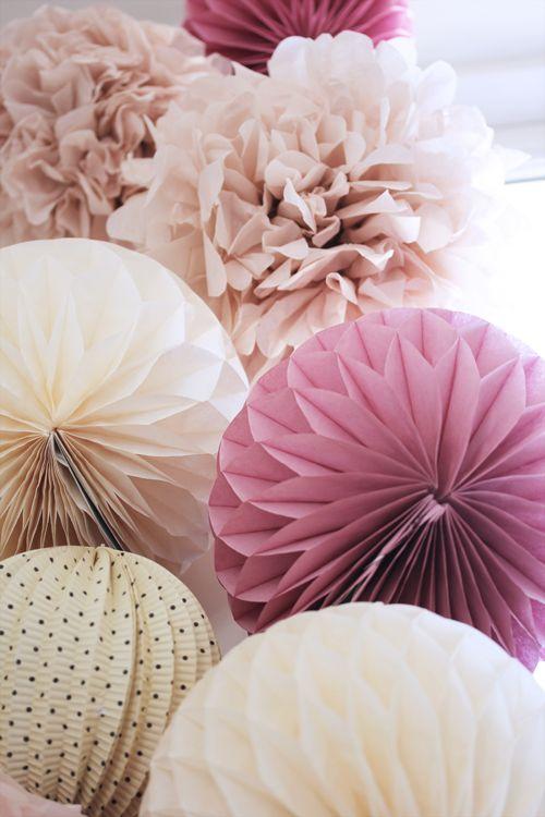 Pomponger Etsy/honeycombs Søstrene Grene og Miss Etoile/  hjemmelaget krone, vimpler og bokstavbanner  (papir fra Papirgalleriet)