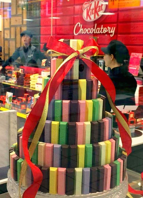 KitKat Chocolatory. Depuis 2010, les ventes de KitKat ont augmenté de 50% au Japon. Malgré un marché très concurrentiel, KitKat sort son épingle du jeu avec des saveurs comme les KitKat wasabi ou encore au thé Matcha. Fier de ses résultats, Nestlé décide d'ouvrir sa première usine sur le pays.