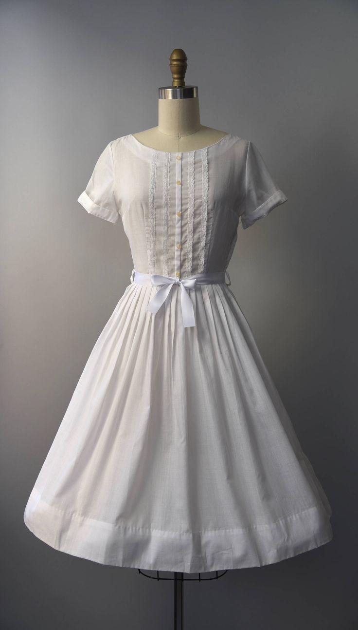 Klassieke jaren 1950 witte katoenen zon jurk door Carolina Reid met volledige rok, korte mouwen, gesmoord taille, lace versierd plooien op het bovenlijfje, decoratieve knop placket en verborgen zijkant staal rits. Bekleed, pure. Een perfecte zomerjurk!  voorwaarde: over het algemeen uitstekend, sommige stress op het lijfje naad. vers schoongemaakte en klaar om te dragen Label: Carolina Reid materiaal: katoen of katoen mix  ---✄---Metingen---✄--- Bust: 34 in Taille: 24-25 in max schouder aan…