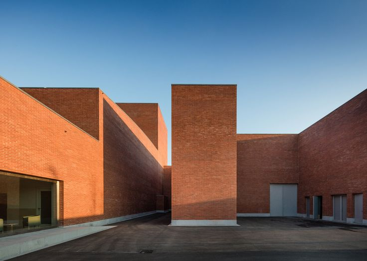 Álvaro Siza has built a red brick theatre in Llinars del Vallès