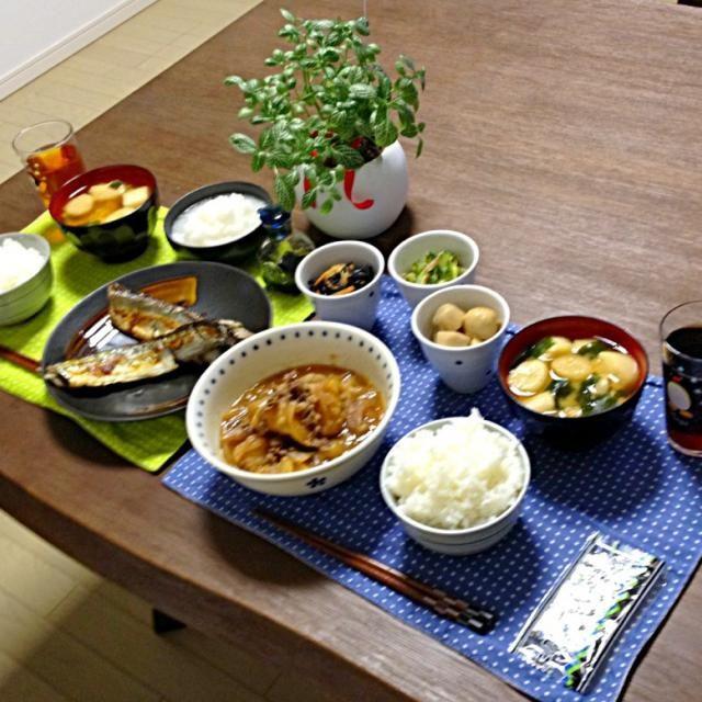 今日は小鉢をたくさん作ったよ。盛り沢山で良い感じ! (^∇^) - 14件のもぐもぐ - 肉じゃが、秋刀魚の塩酒焼&大根おろし、ひじき煮、ゴーヤとツナの酢の物、里芋煮、ふのお味噌汁、ご飯 (新米) by pentarou