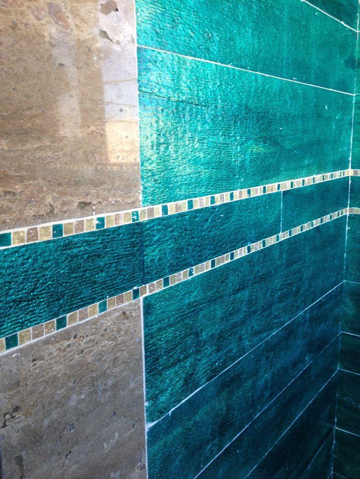 Warmbeige gepolijst natuursteen in combinatie met Wave Living Laqué in frisse blauwe kleur,