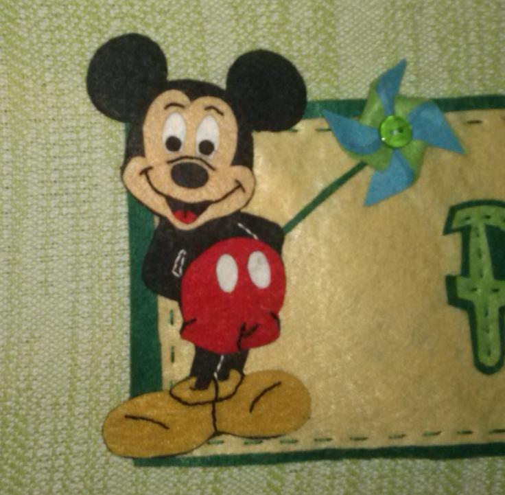 Mickey Mouse en fieltro para decorar la habitación de tu peque con su nombre. Totalmente artesanal.