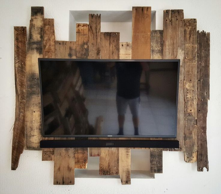 Homemade pallet tv wall mount ! .. pallet surround .. 40 inch 4k samsung with samsung soundbar mouted on my pallet backdrop
