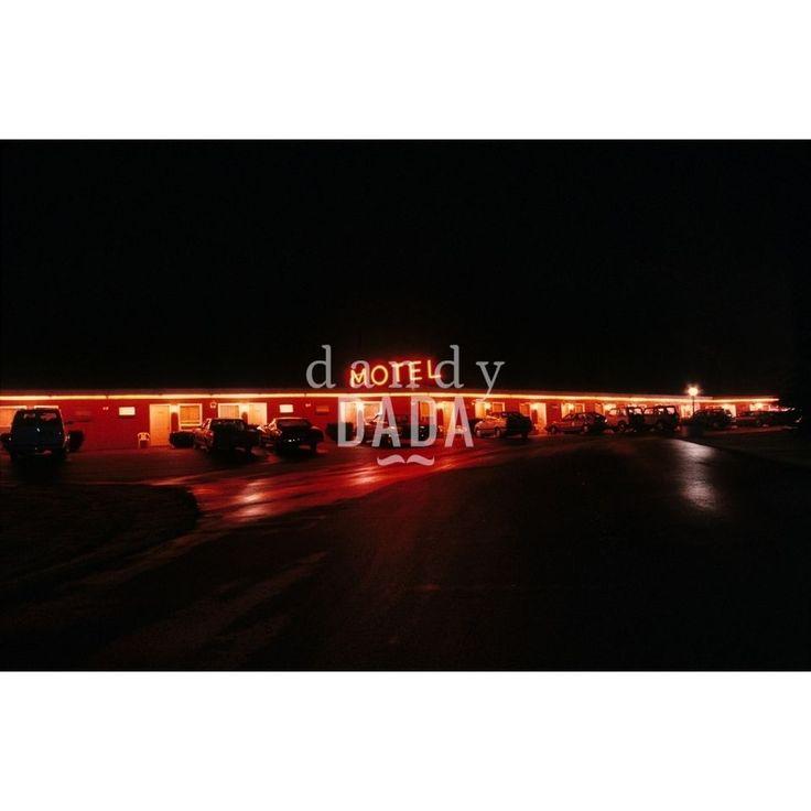 """L'opera """"Bates Motel"""" di Francesco Nencini appartiene alla collezione """"Let There Be Neon"""". Le suggestioni cinematografiche che si provano attraversando il paesaggio americano di notte possono diventare cupe, fino a riportarci nella sensazione di essere al Bates Motel, dove Alfred Hitchcock ha ambientato Psycho. U.S.A., 1990"""