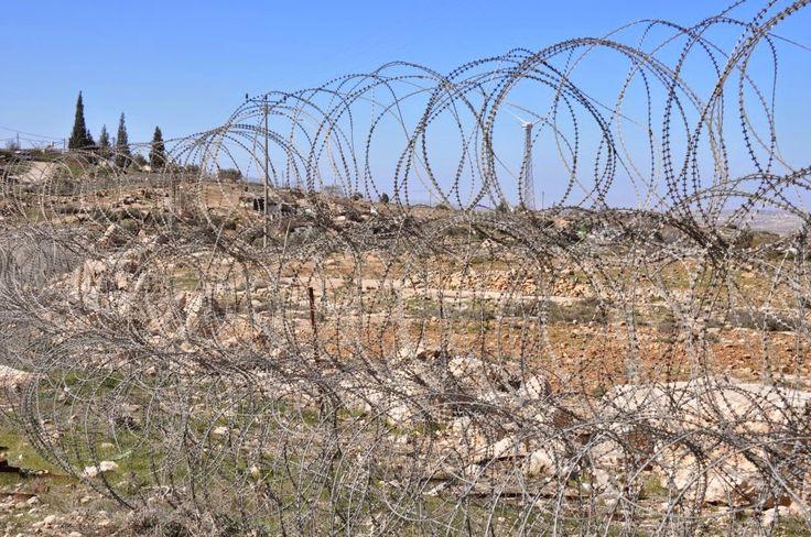 Hjemmefra havde vi bestilt en guidet tur til Vestbredden med organisationen Breaking the Silence. Her er det tidligere israelske soldater, som har været udstationeret på Vestbredden som guider og fortæller deres syn på den konflikt, som de har stået midt i, og som de ikke ønsker skal fortsætte. I Israel har man en noget anden og lang mere streng værnepligt …
