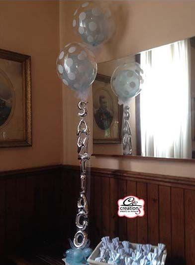 Centrotavola palloncini per il Battesimo di Santiago. Azzurro perlato e pois personalizzato con nome, by C&C Creations Eventi.
