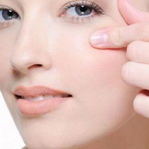Yaşlandıkça cildin sıkı görünmesini sağlayan ve elastikiyetini koruyarak kırışıklıkları önleyen kolajen ve elastin bileşenlerinin üretimini azalmaya başlar. Bu kategorideki diğer yazılar:Gözenek Sıkılaştırıcı Maske TarifleriBal Maskesi (Sivilceler Dahil 7 Maske Tarifi)6 Farklı Kil Maskesi TarifiSiyah Noktalar İçin Maske (4 Maske Tarifi ve Öneriler)Pirinç Unu Maskesi (Cilde Faydaları ve 4 Maske Tarifi)Güneş Lekeleri İçin MaskeKuru Ciltler İçin…