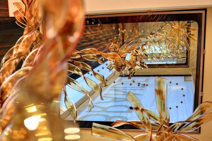 Skleněný tubus budovy Brandeis clinic zdobí zajímavá skleněná plastika.