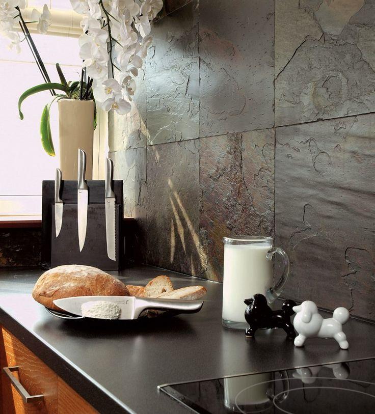 <p>Aranżacja kuchni połączonej z salonem jest dość oryginalna. Kuchnia została urządzona dla mężczyzny. Jej główną ozdobą jest łupek. Łupek w mieszkaniu spodoba się tym, którzy lubią efektowne okładziny. Kamienna ściana naturalnie chropowata i o pięknym rysunku, ociepla wystrój kuchni i nadaje jej elegancji.</p>