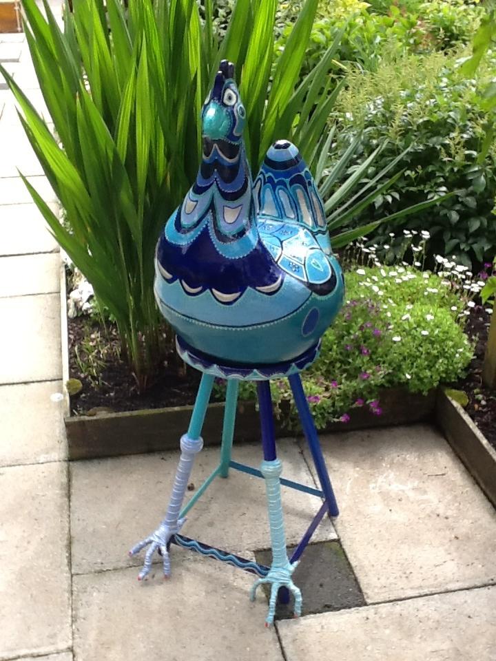 Kip gebakken in oven en met de hand beschilderd. Bijpassende kruk beschilderd met Acrylverf en pootjes gemaakt van pretex.
