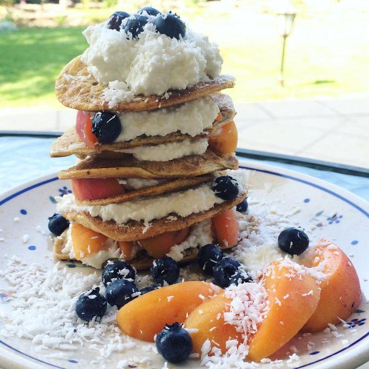Pancakes postworkout tower!! 😄💙💞 wakacje trwajcie.. sniadanie trwające 2 godziny w ogrodzie, mrożona kawa, czas dla siebie.. 😊🌸 W końcu dzisiaj pobiegalam, a wieczorem joga, nie mogę sie doczekać. 😄 Placki zrobione z roztrzepanego jajka i musli, smażone na oleju kokosowym ;) podane z rozgniecionym twarożkiem, morelka, borówkami i wiórkami koko. 😋